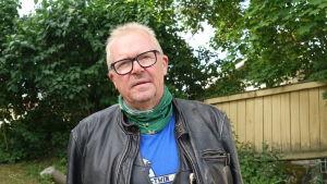 Ragnar Lundqvist i läderjacka och grön Raseborgduk med vitsippor.