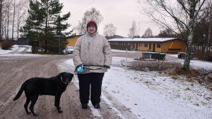 Anne Karlsson vid hyreshusen på Mörskomvägen 10 i Lovisa