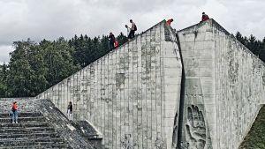 Ryskspråkiga skolungdomar klättrar på Maarjamäes fallfärdiga dolomitväggar. Tanken på Sovjetunionen är antagligen långt borta.