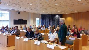 Markku Orell (Saml) talar inför Pargas stadsfullmäktige.