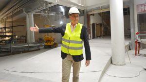 Jan-Erik Hinds, fastighetschef på Harry Schaumans Stiftelse, visar hur renoveringen av gamla HS Center framskrider.
