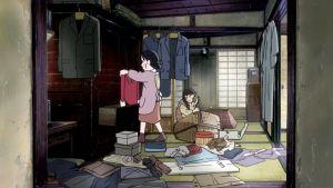 Elokuvan kohtaus, jossa kaksi hahmoa järjestelee sotkuista kotia.