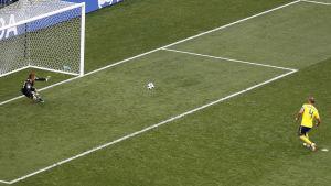 Andreas Granqvist sätter en straff mot Sydkorea i VM 2018.