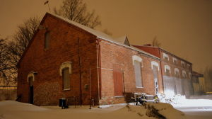 Gammal industrifastighet och mycket med snö.