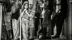 Flicka som köar till Anne Franks hus i Amsterdam