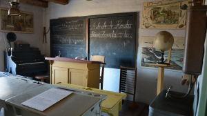Ett rum inrett som skola på Vias herrgårdsmuseum.