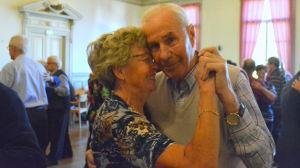 Äldre par dansar och myser