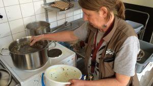 Stina Renqvist kokar mördarsniglar som ska serveras till djuren på Högholmen