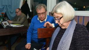 Roger Hafström och Tanja Flood på en valvaka i Raseborg.