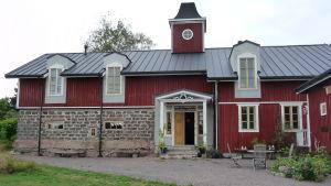 Ett gammalt fähus i Korpo har renoverats till ett litet hotell