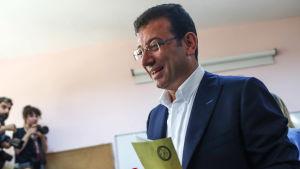 Borgmästarkandidaten Ekrem İmamoğlu röstar i Istanbul.