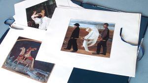Planscher med tryck av målningarna Den sårade ängeln, Kullervo drar ut i strid och Drottning Blanka.