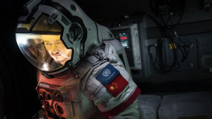 Närbild på Liu Peiqiang (Jing Wu) i rymddräkt.