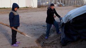 Pakolaisia jumissa Unkarin ja Serbian rajalla.
