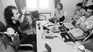 Carlos Santana på presskonferens i Åbo tillsammans med artikelförfattaren, 1989.