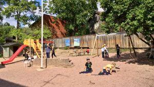Barn som leker på eftisgården.