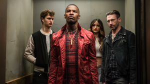 Baby (Ansel Elgort) står i en hiss tillsammans med de andra gangstrarna.
