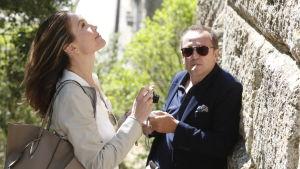 Anne (Diane Lane) står och fotograferar en gammal mur medan Jacques (Arnaud Viard) står bredvid och röker.