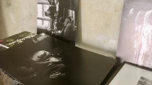Svartvita bilder med scener ur Lettlands sovjetiska historia på filmregissören Gints Grūbes bord.