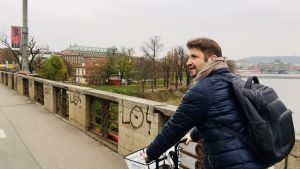 Gustaf Antell på cykel i Prag.