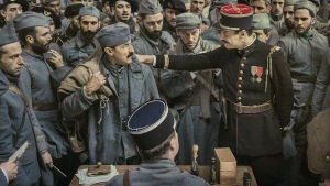 Albert möter den farlige kaptenen i vimlet av soldater.
