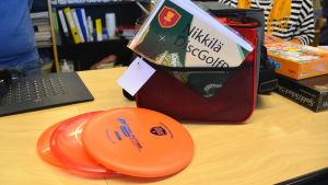 Sibbo bibliotek lånar ut frisbeegolf utrustning.