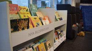 En bokhylla med barnböcker.