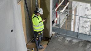 Byggarbetare vid blivande Calrion Hotel, Busholmen Helsingfors.