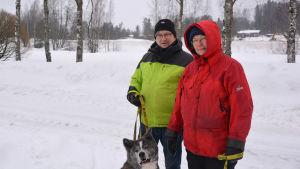 mänskor i snöigt landskap