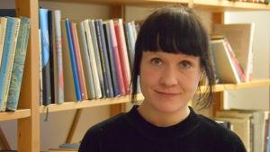 Närbild på dokumentärfilmregissören Reetta Huhtanen.
