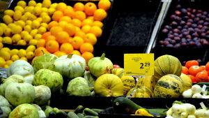 Frukt och grönsaker i butik.