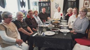 Människor kring ett matbord.