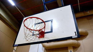 Basketkorg i idrottshall.