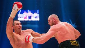Tyson Fury (t.h.) besegrar världsmästaren Volodymyr Klytjko i titelmatch i Dûsseldorf.
