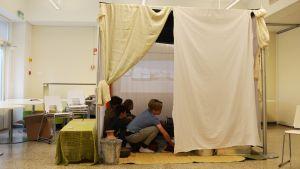 elever vid lovisa högstadium bekantar sig med ett flyktingtält 16.05.16