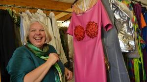 Bridget Kimak skrattar åt den ljusröda klänningen