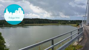 Utsikten från Rävsunds bro över ett stilla vatten