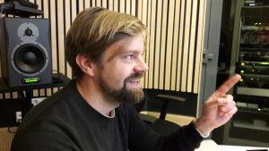 Ohjaaja Janne Pellinen studiossa