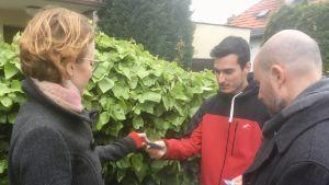 Kandidater för det slovakiska partiet SPOLU delar ut valmaterial till en man som kommer emot dem på gatan.