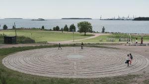 Labyrint i park intill havet.