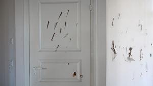 Sönderslagen dörr i Villa Soltuna i Nickby