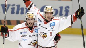Lassi Kokkala och Erik Riska firar mål.