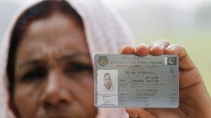 Shameem Akhter, Pakistans första kvinnliga lastbilschaufför visar sitt körkort. Oktober 2016. Attityderna i Pakistan har förändrats, och Akhter har kunnat inspirerat många pakistanska kvinnor efter att hon lyckats skaffa sig körkortet