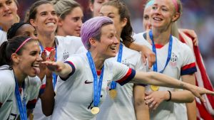 USA:s damlandslag i fotboll firar VM-guld.