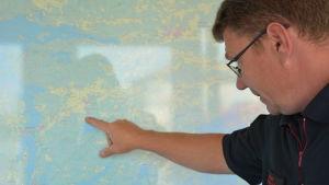 Sture Holmström pekar på en karta över Kimitoön.