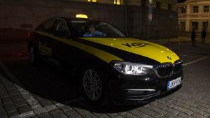 Iiro Parviainen Kajon taksi- ja bikkubussipalvelusta autossaan