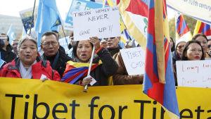 Tibetaner och uigurer i exil i Schweiz protesterar mot förtrycket av deras folk i Kina.