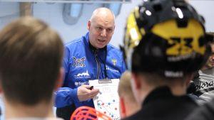 Lovisa Tors chefstränare Marko Paju ger instruktioner åt spelarna.