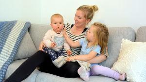 Mor med barn i soffa.
