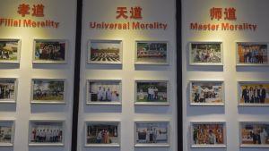 En vägg med fotografier på anställda i ett företag